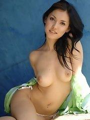 Maria Ozawa shows off her tits