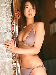 Aki Hoshino with big chest and sexy tummy enjoys summer sun