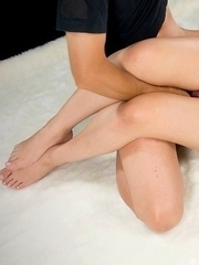 Pink-wearing short-haired hottie Kaede Oshiro getting her legs and thighs fucked